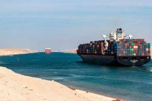 مرور السفن عبر قناة السويس
