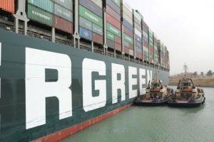 محاولة تعويم السفينة الجانحة في قناة السويس